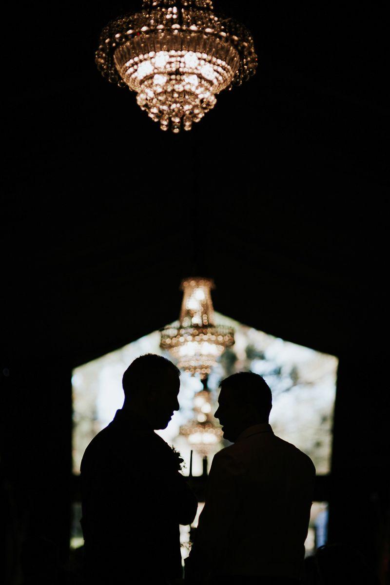 contraluz de invitados en el salon de fuente los angeles - boda Valladolid