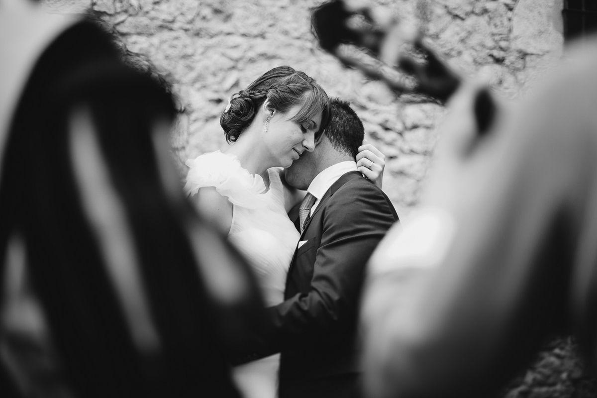 novios abrazados en momento intimo reportaje de boda en Valladolid