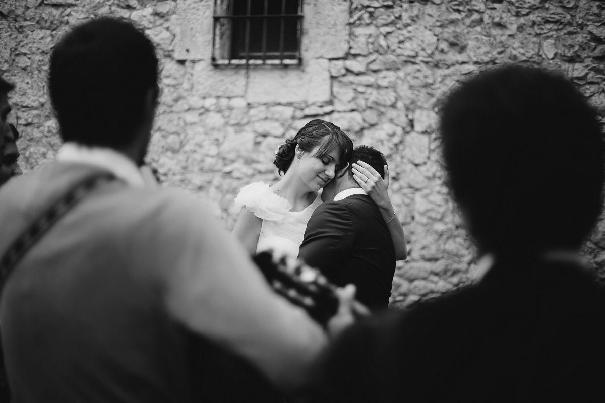 novia acariciando a su marido mientras canta la tuna - reportaje boda valladolid