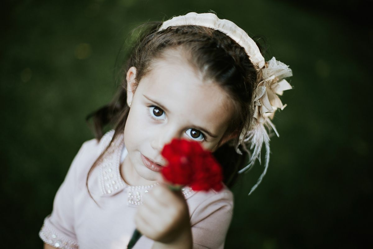 niña con rosa - fotografo boda