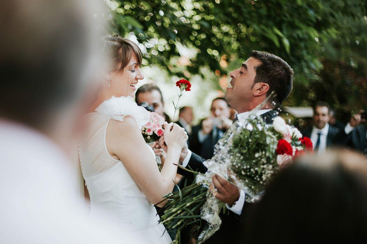 novio cantando a la novia en su boda en fuente los angeles