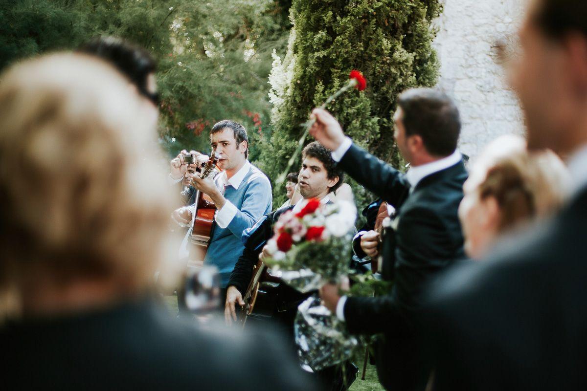 tuna cantando a lal novia en su boda - fotógrafo boda Valladolid