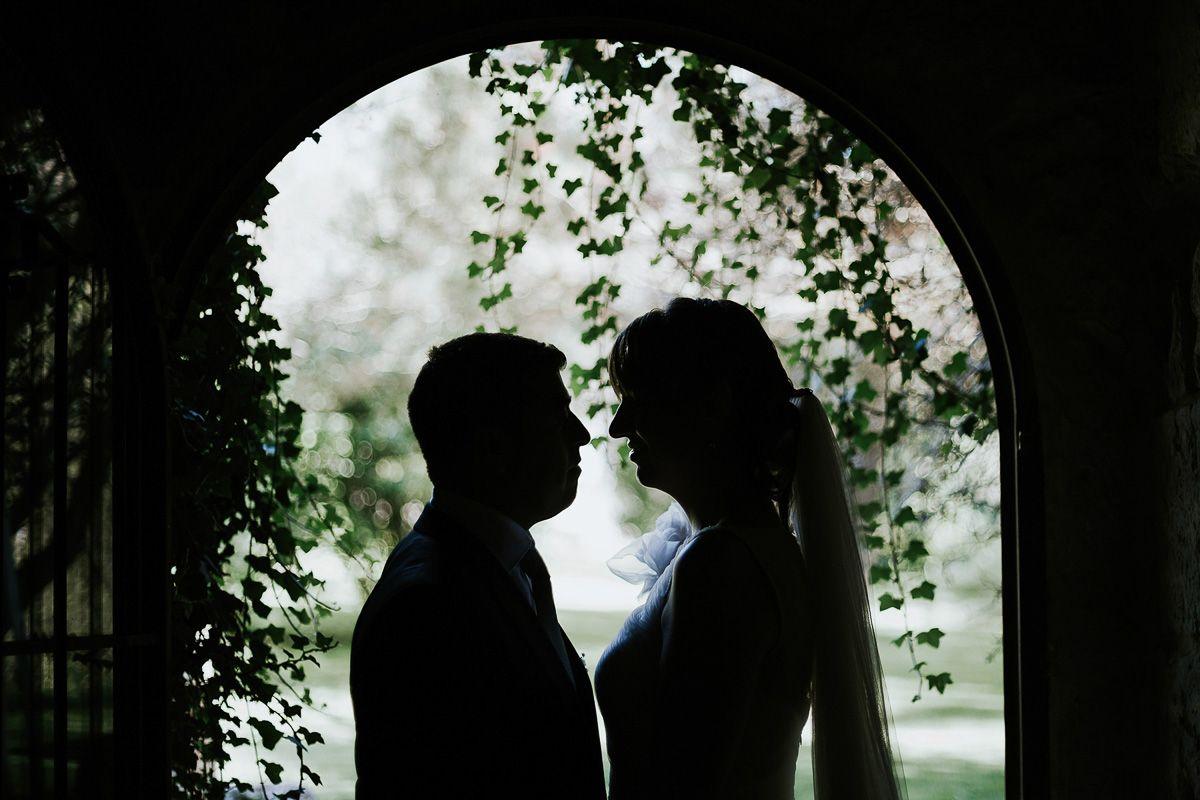 contraluz de novios en reportaje de boda fuente los angeles