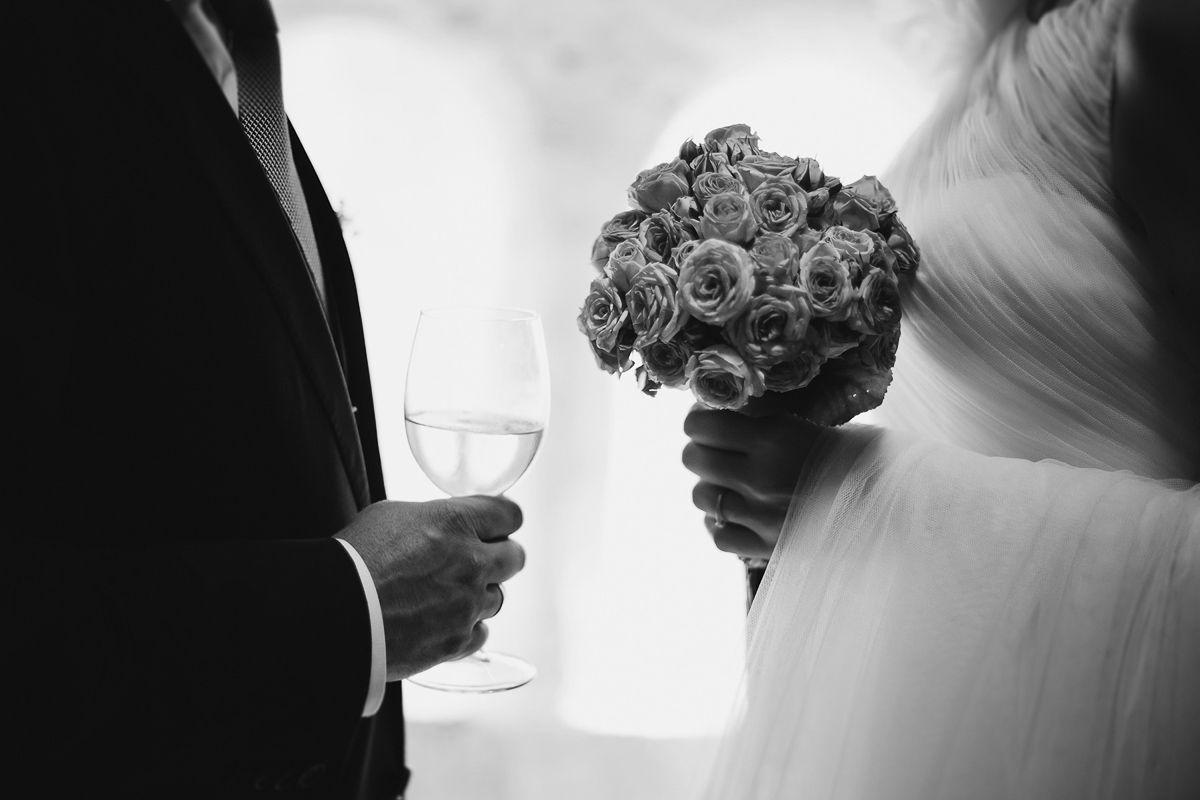 detalles del ramo y copa de vino en reportaje de boda