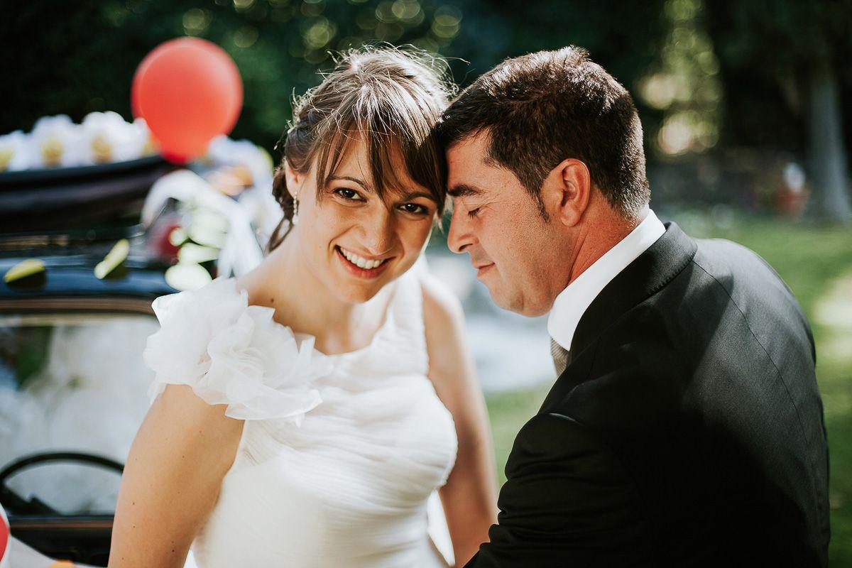 novia mirando a cámara sonriendo en su reportaje de bodas fuente los angeles