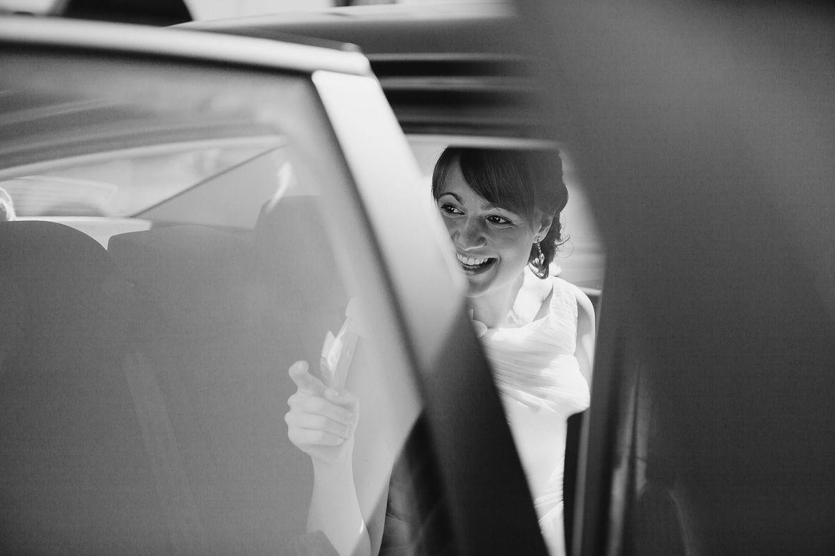 novia sonriendo saliendo de su coche en boda zaratán - reportaje de boda