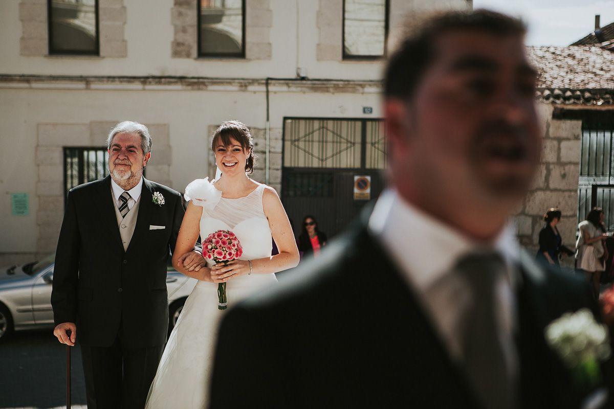 novia entrando con su padre a la iglesia - boda Zaratán