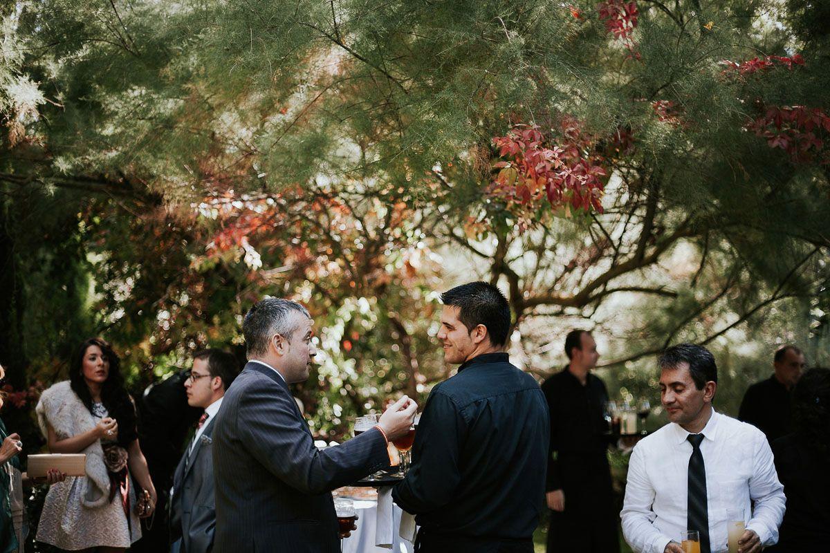 invitados disfrutando en el cocktail boda en valladolid - fuente los angeles