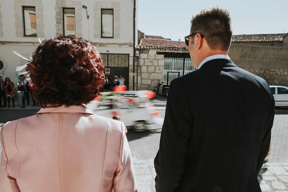 coche de los novios en movimiento - reportaje boda valladolid