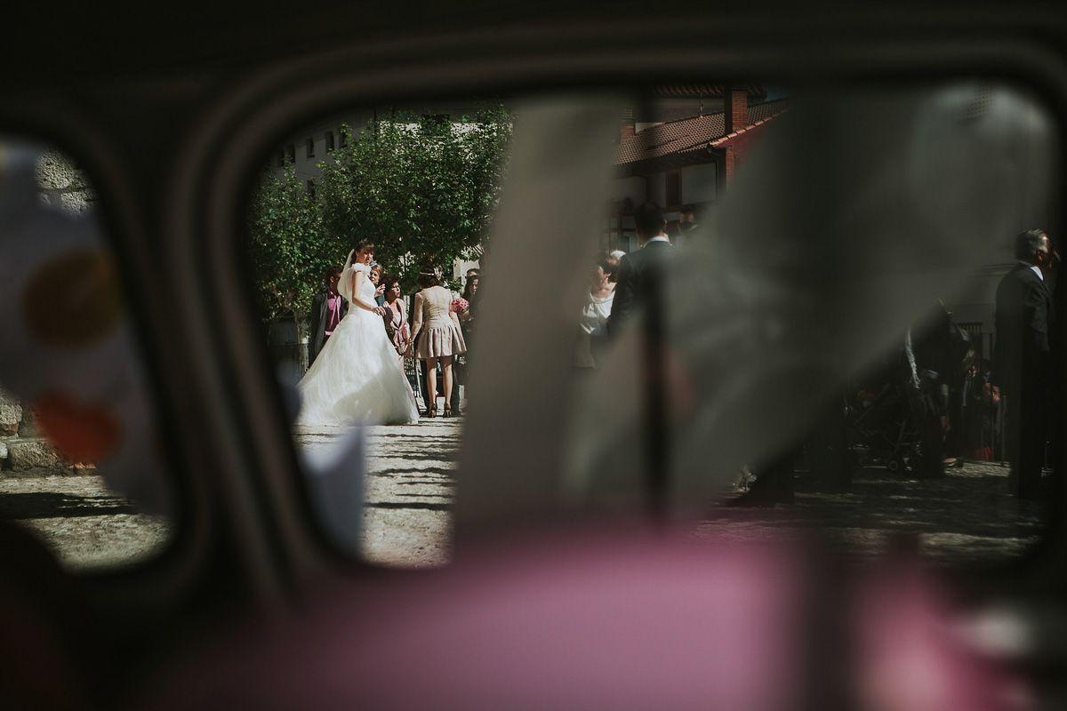 novia y coche en su boda en Zaratán