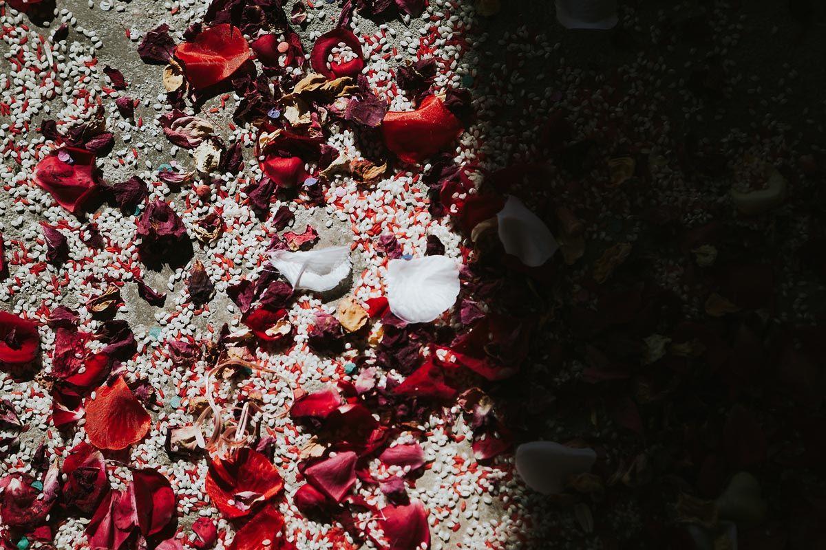 detalle de confetti y arroz en ceremonia - reportaje boda Valladolid