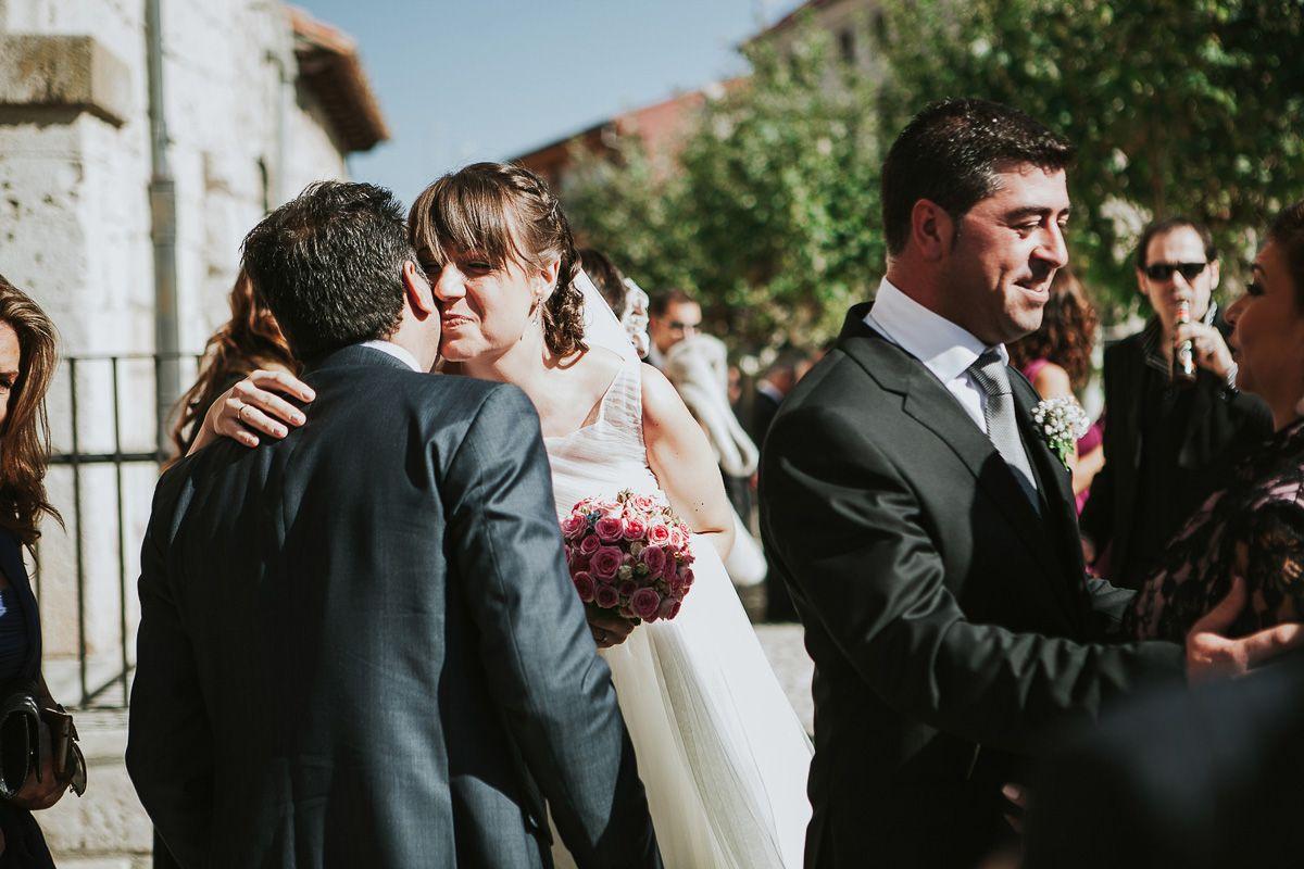novios saludando a invitados - reportaje boda valladolid