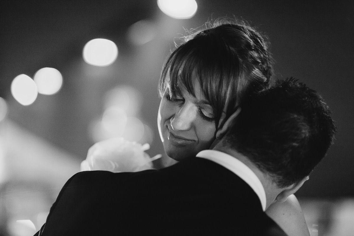 momento intimo novios bailando - fotografía boda valladolid