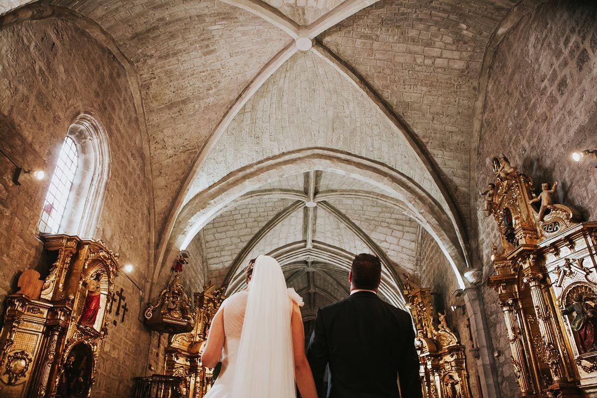 Novios saliendo de la iglesia - fotografía boda Valladolid