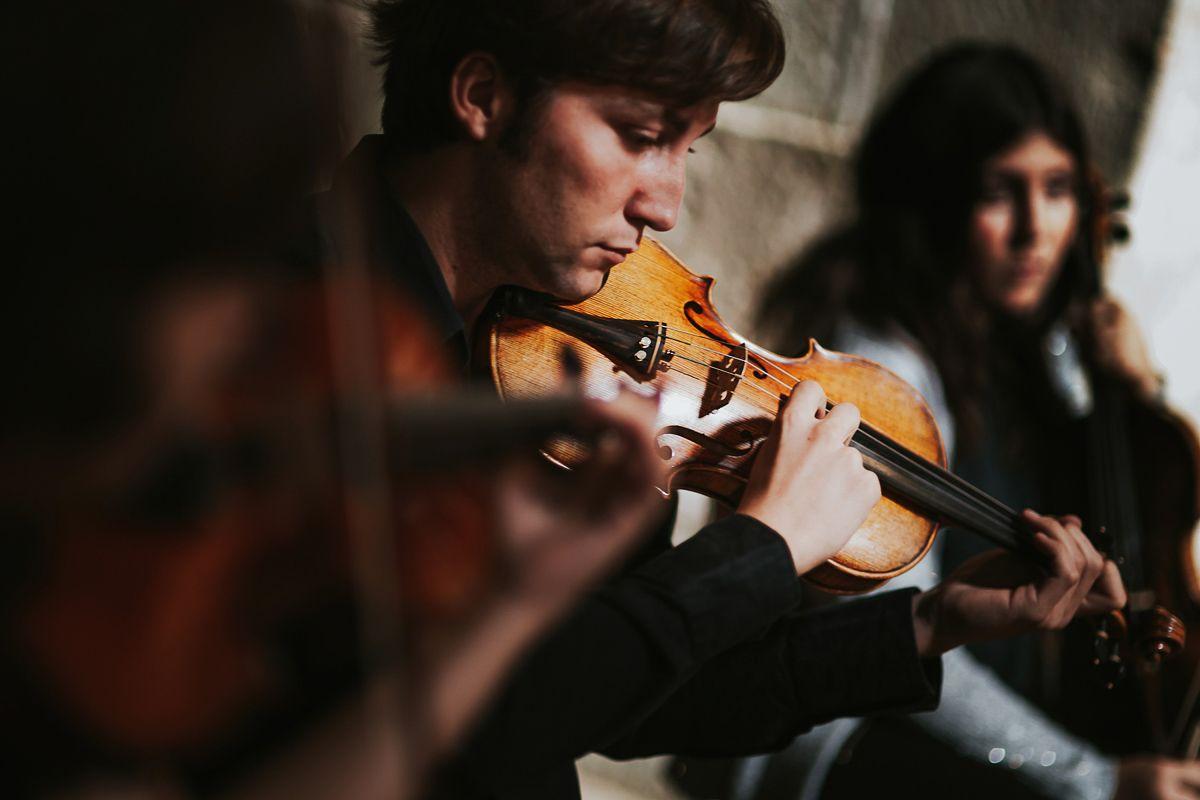 Grupo de musica tocando en la iglesia