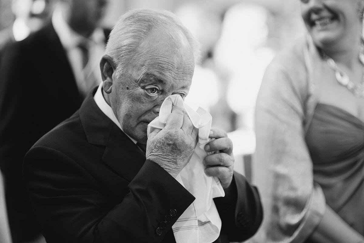 abuelo llorando por la boda de su hija - fotografías emotivas de boda