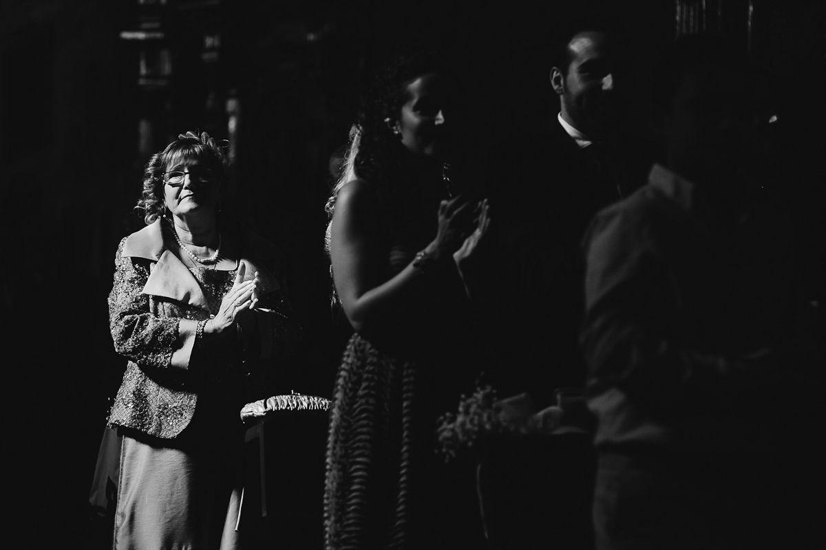 Invitados aplaudiendo en una boda en Zaratán - fotografía bodas Valladolid