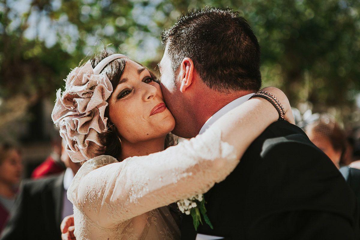 Hermana de la novia abrazando al novio - fotografía boda Valladolid