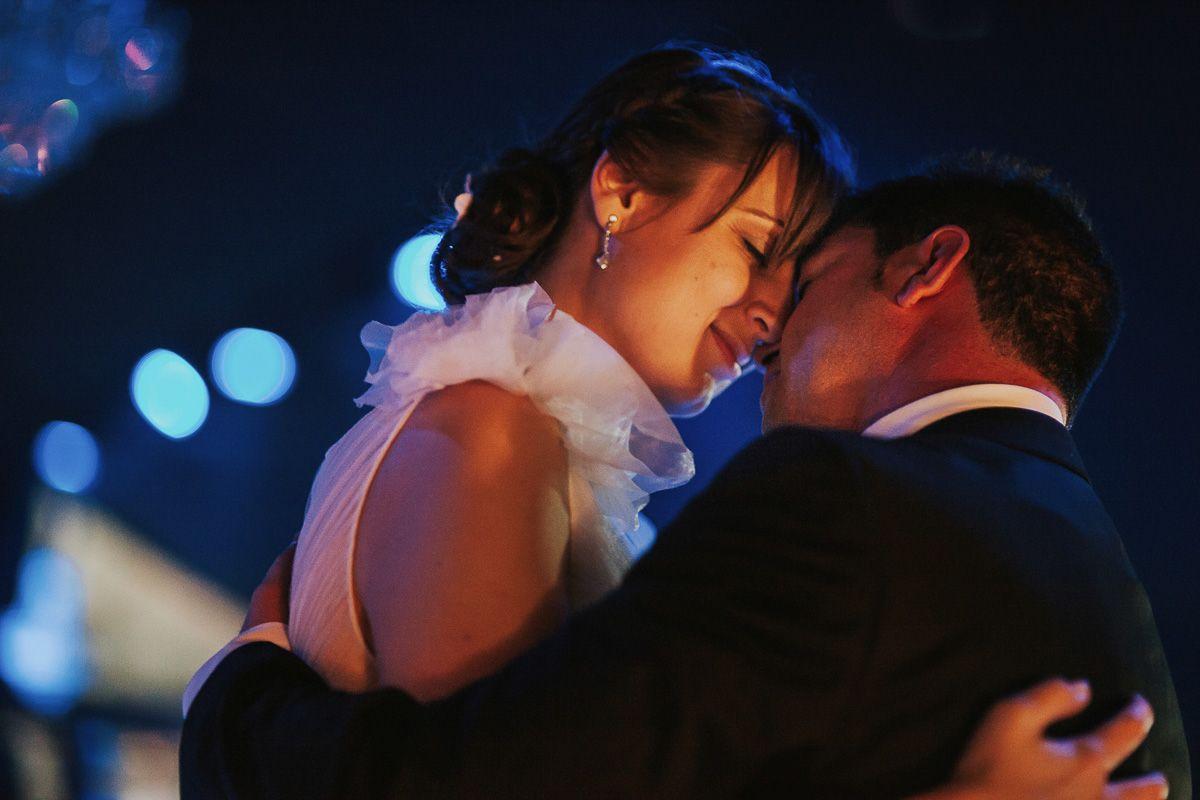 novios haciendo el primer baile en el restuarante fuente los angeles - fotógrafo bodas Valladolid