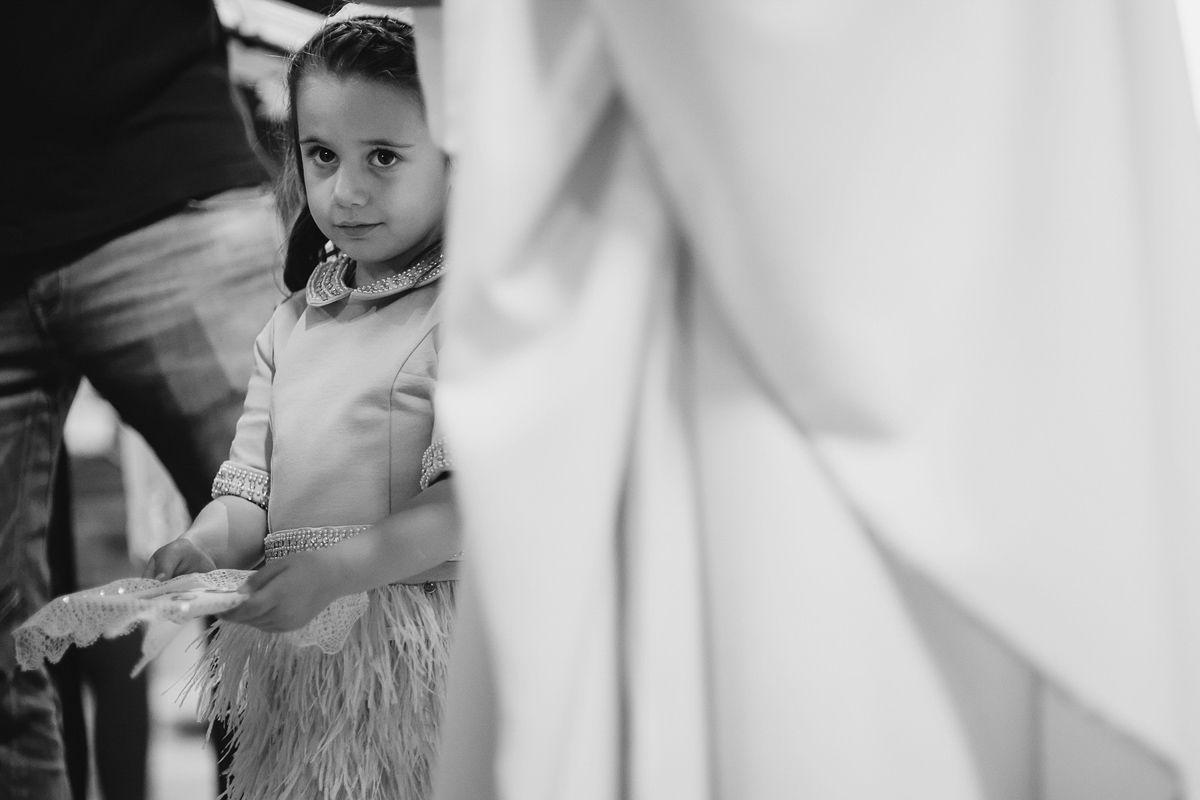 Niña mirando atentamente a los novios en boda Zaratán