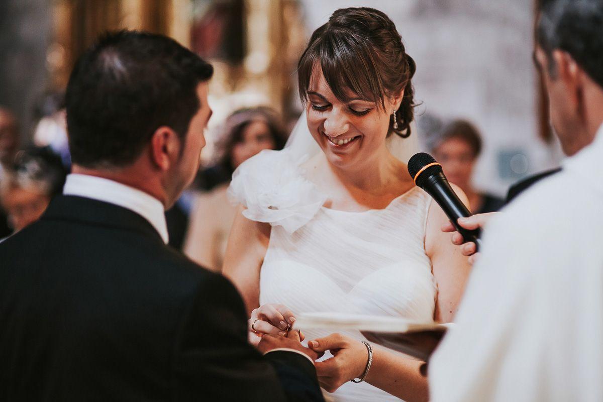 Novios poniéndose los anillos sonriendo - reportaje boda Valladolid