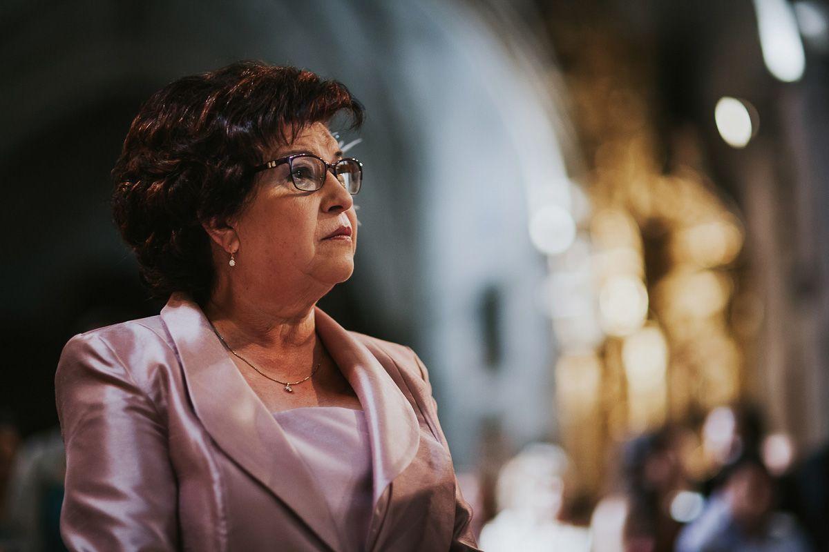 Madre de la novia pendiente de la boda - reportaje boda Valladolid