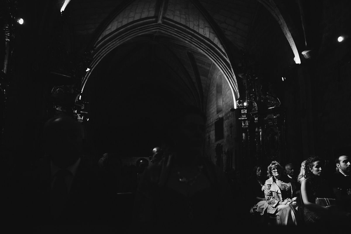 luz enmarcando a invitada en ceremonia fotografia de boda Valladolid