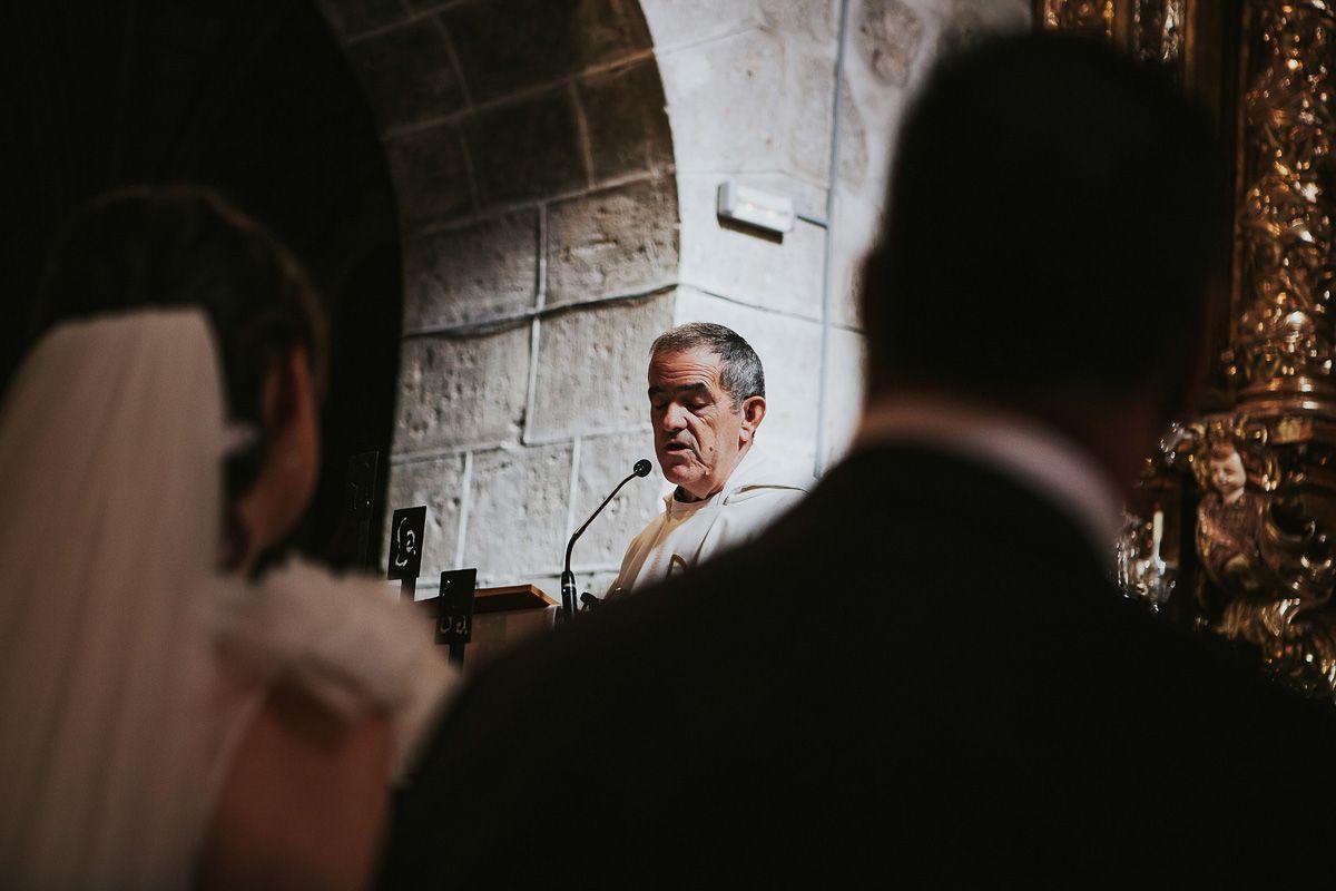 sacerdote oficiando ceremonia en una boda de Zaratán