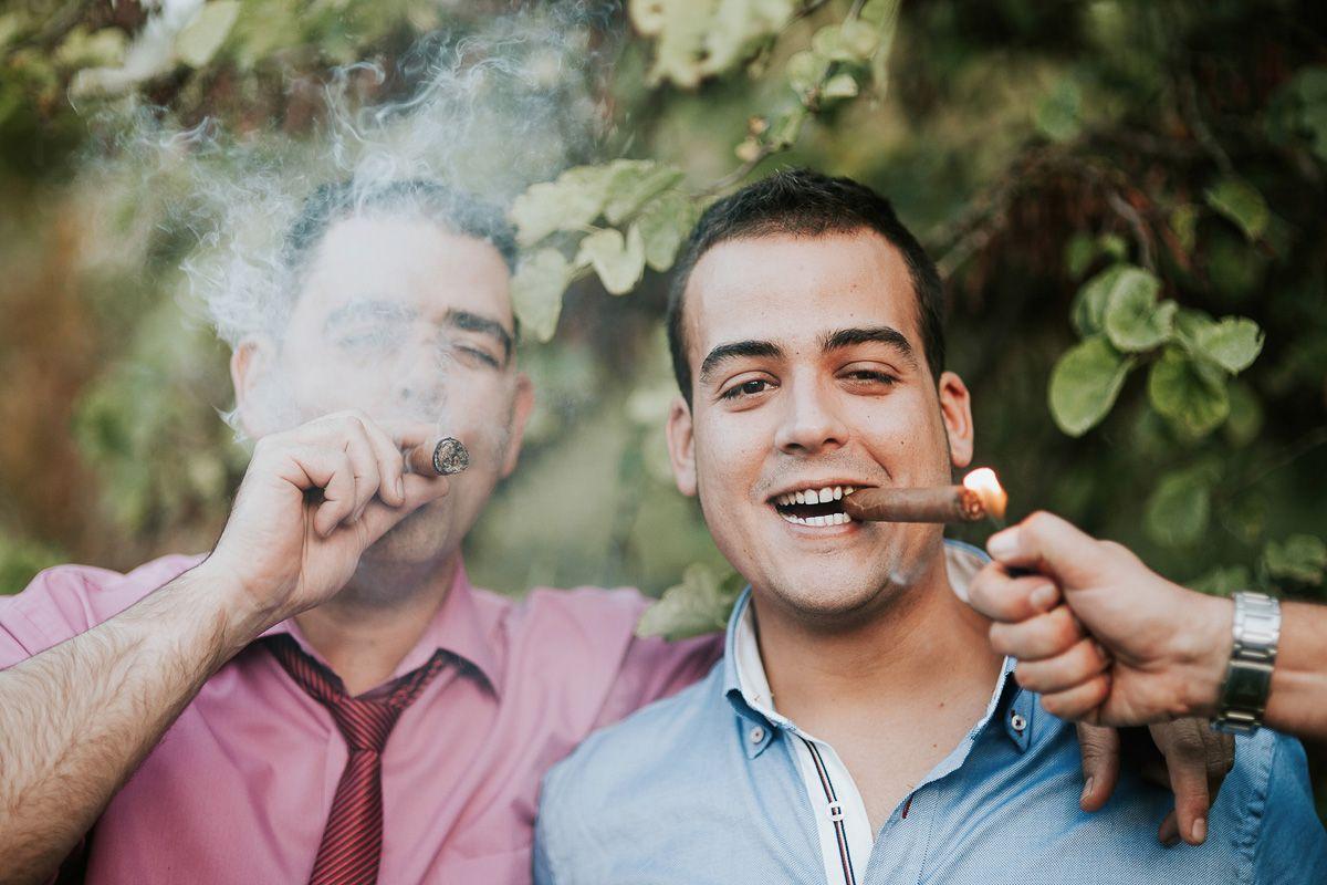 invitado encendiendo un puro