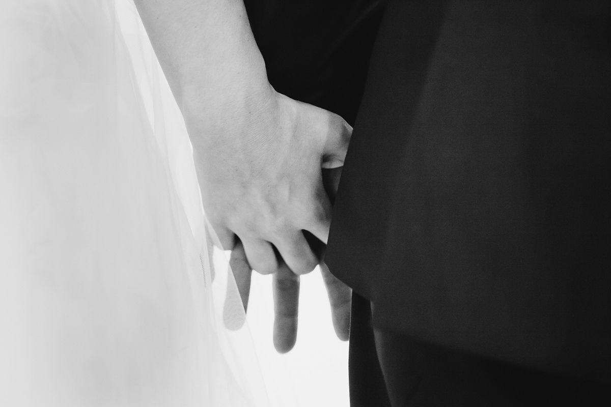 Detalle manos cogidas en una boda de Valladolid - fotografía boda