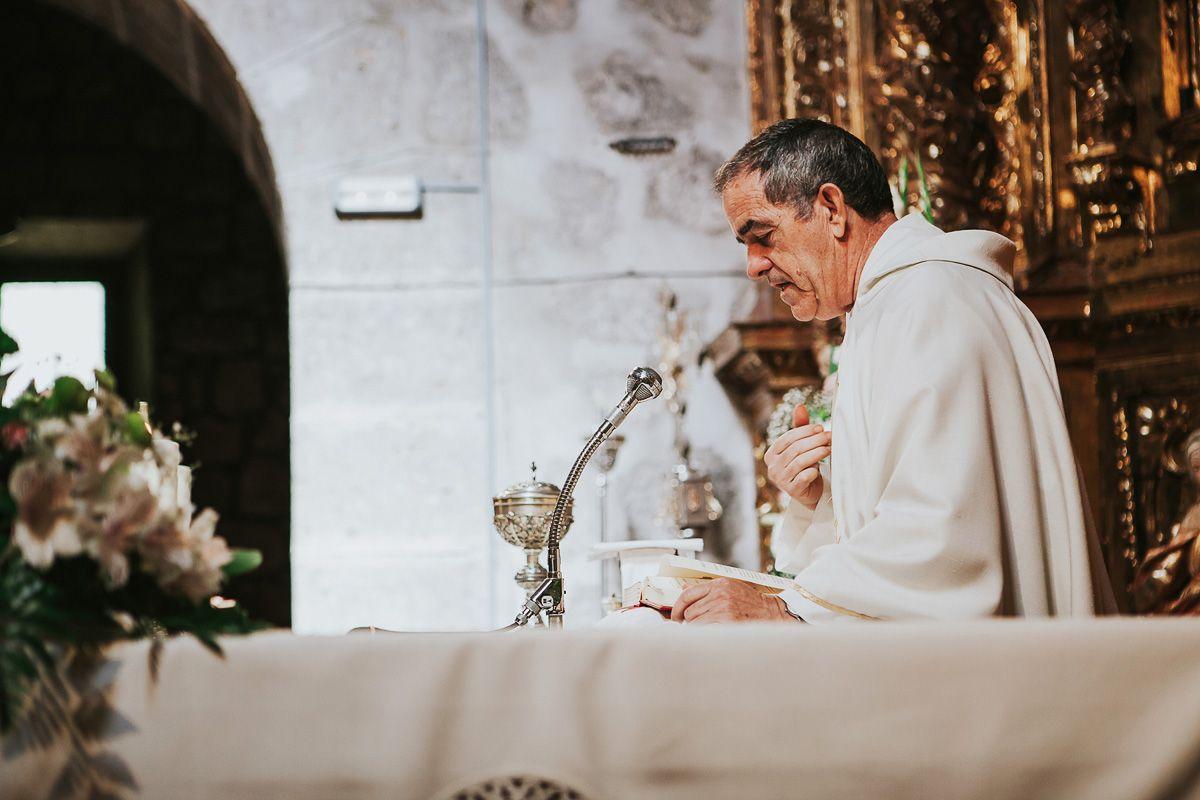 cura en ceremonia de boda en Valladolid