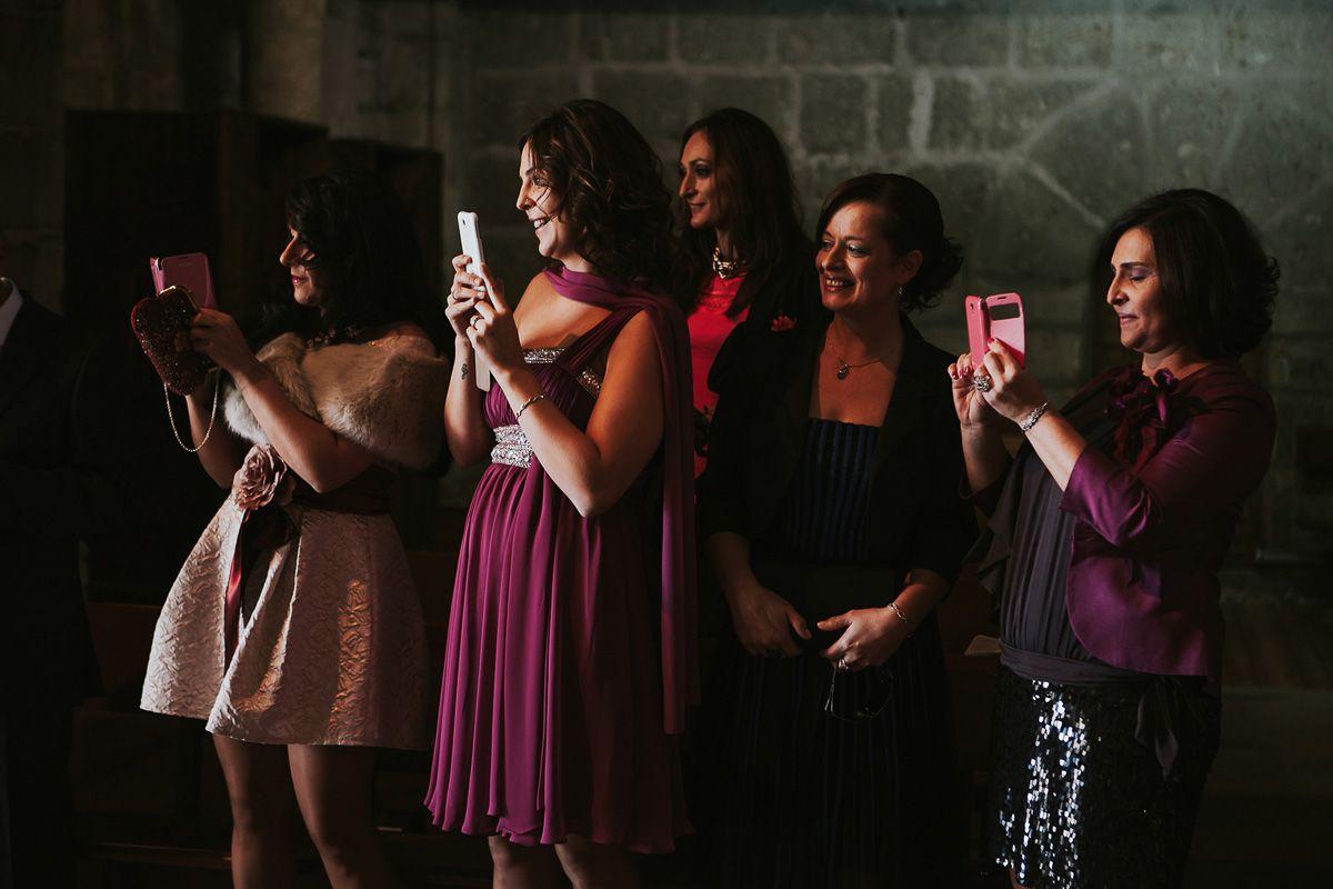amigas de la novia haciéndole fotografías - boda en Valladolid