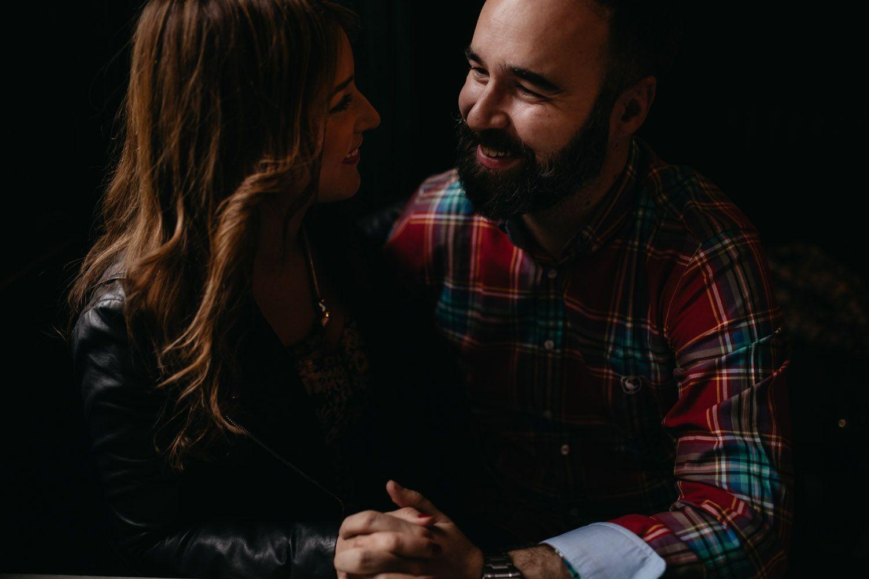 Novios hablando - amor - fotografia de boda