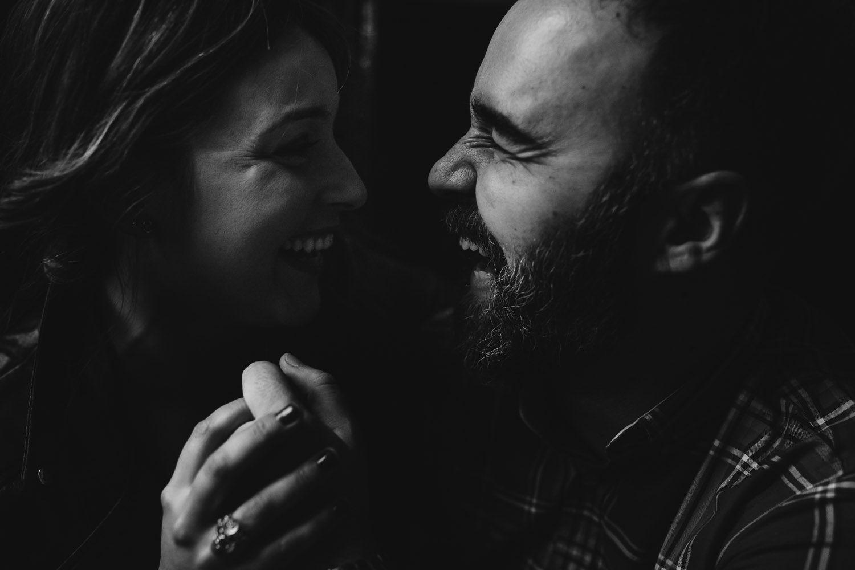 Sonrisas y complicidad en fotografias de pareja - Valladolid - amor