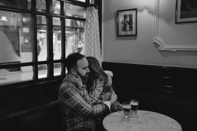 Abrazos de una pareja en una cafeteria en su reportaje de Preboda en Valladolid