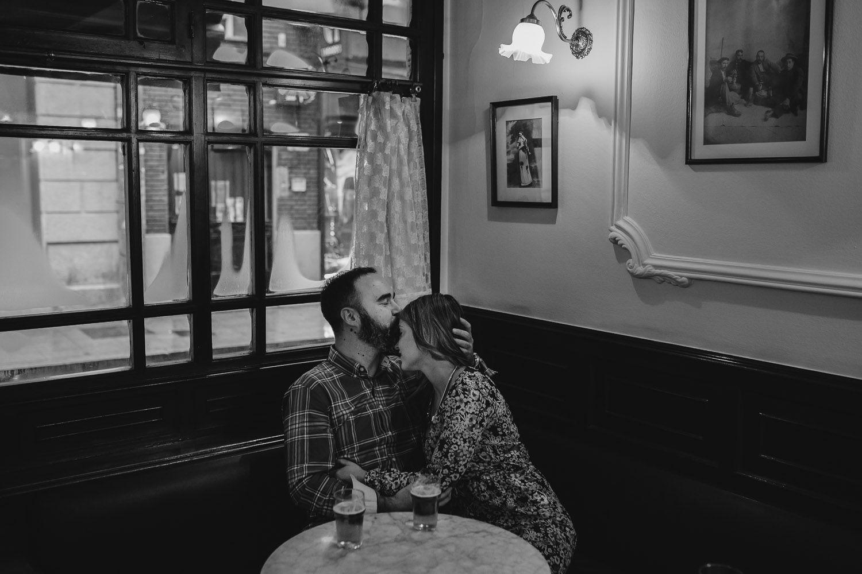 Beso en la frente - delicadeza - cafeteria - amor
