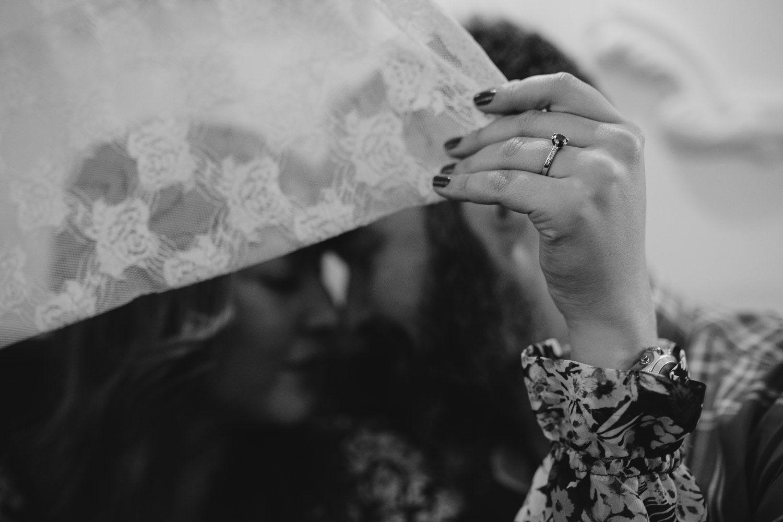Detalle de anillo de pedida de una pareja en Valladolid - amor - preboda