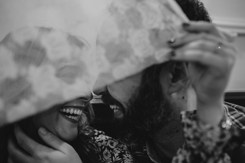 Pareja riendo en una cafeteria - sesión de fotos en Valladolid