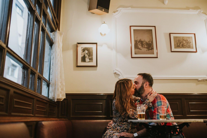Beso en una cafeteria en el reportaje de preboda - amor - Valladolid