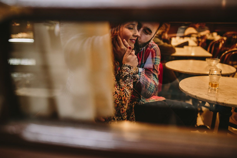 Pareja fotografiada en un restaurante - caricias - amor - pareja