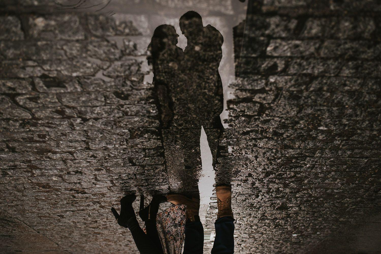 Reflejos de una pareja en el suelo - fotografía preboda Valladolid