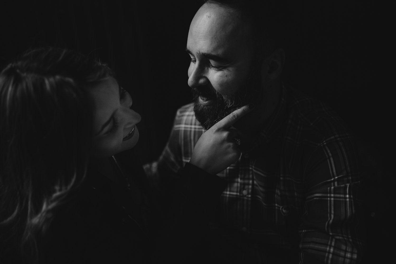 Novia acariciando la barba de su novio - amor