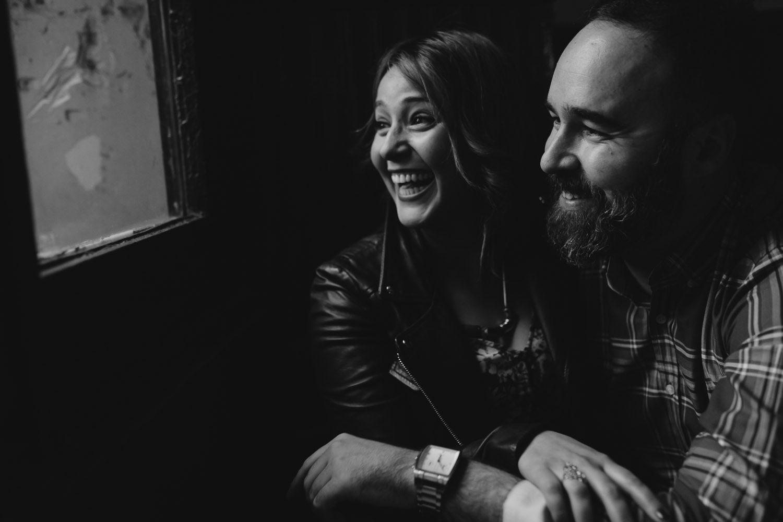 Risas en cafeteria en una sesión de pareja - preboda Valladolid