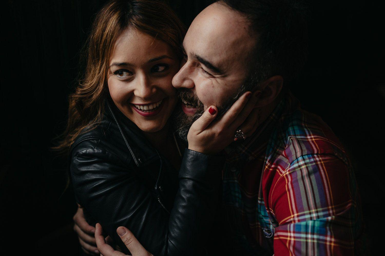 fotografía de pareja en Valladolid - sonrisas - luz tenue