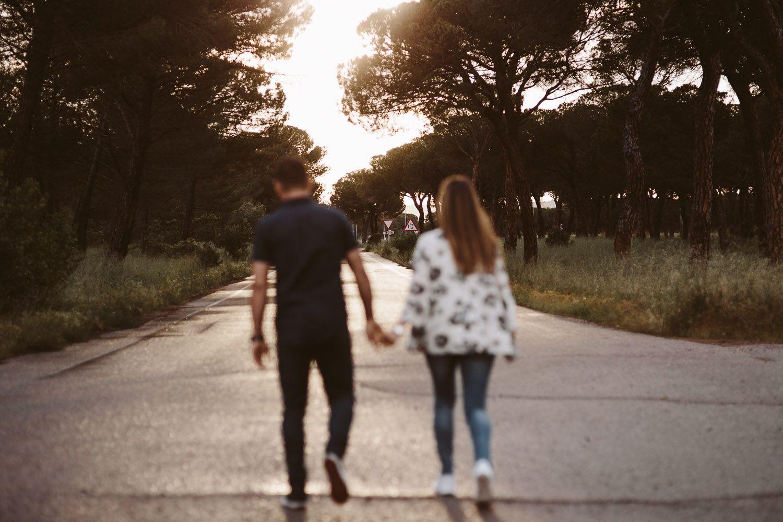 pareja caminando por carretera en sus fotografías de preboda