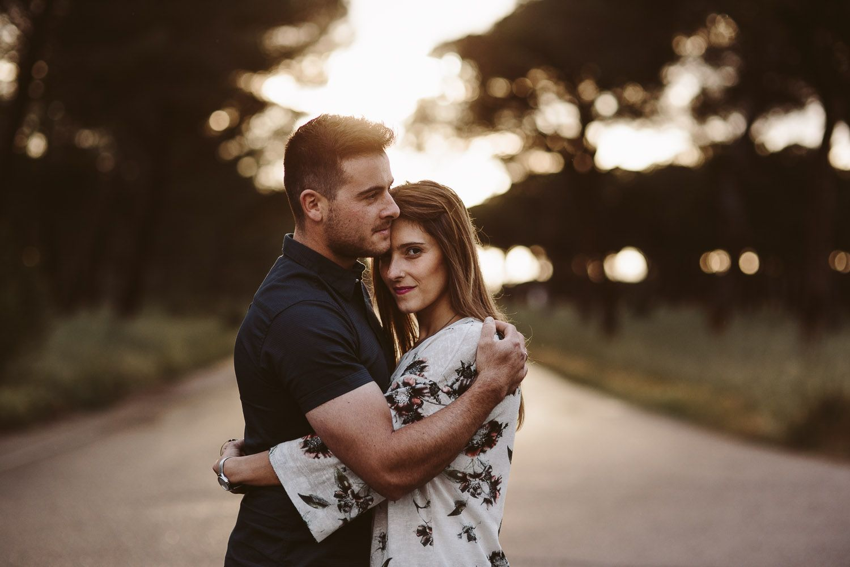 pareja mirando a cámara en pinar