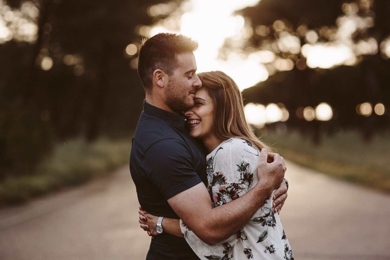 pareja riendo fotografias naturales de boda - reportaje preboda valladolid