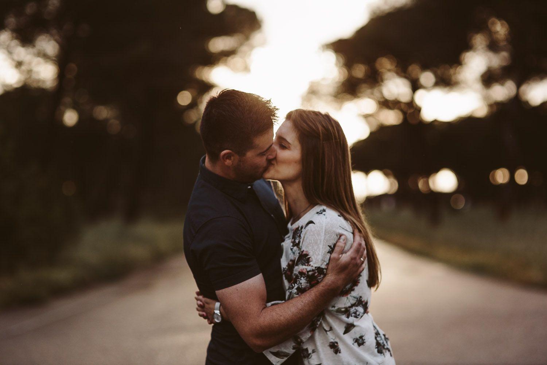 beso en el pinar en las fotografias de preboda