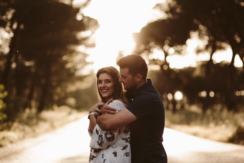 pareja sonriendo en un pinar en el reportaje de preboda