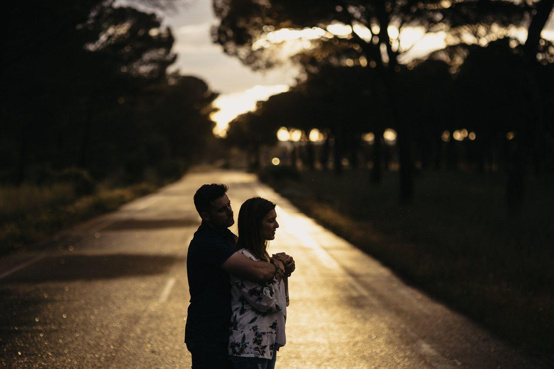 pareja abrazándose al atardecer en Valladolid